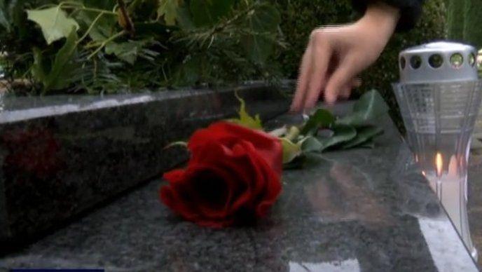 Vukovar: Položene ruže i zapaljene svijeće na grobovima branitelja
