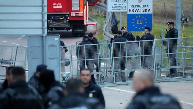Tvrtko Barun i nevladine organizacije iz toploga stana lako dijele lekcije, dok ih hrvatska policija na hladnoći čuva