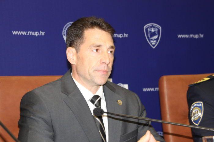 """""""MUP ODBIJA OPTUŽBE DIJELA MIGRANATA"""" Zamjenik glavnog ravnatelja Josip Ćelić: """"Naši policajci pomažu djeci i odraslima ,daju im vodu, hranu, liječničku pomoć, netočno da ima brutalnosti"""""""