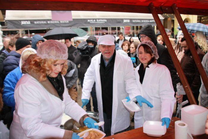 Gradonačelnik Bandić tradicionalno građanima na Badnjak dijelio porcije bakalara
