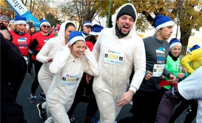 Više od 2.500 kostimiranih trkača i hodača sudjelovalo u Zagreb Advent Runu