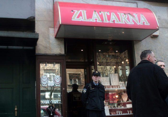 Sjekirom razbijao izloge zlatarnica i ukrao nakit vrijedan 137.000 kuna