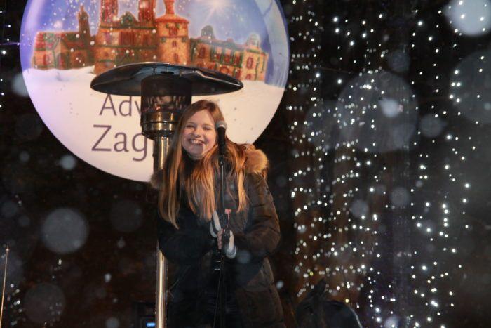 Mlada pjevačica Nika Pastuović oduševila turiste pjevanjem na zagrebačkom Adventu
