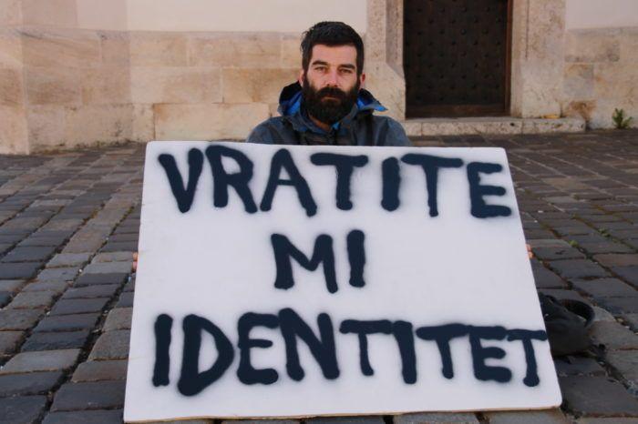 """UKRADENI IDENTITET Prosvjedom poslao poruku Plenkoviću: """"Ako ste premijer svih građana molim vas da odvojite pet minuta  da me pogledate u oči i samo da me saslušate ono što ja imam reći"""""""