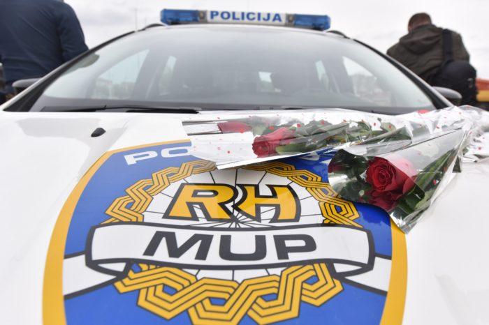 Šibenski policajci u povodu Dana žena vozačicama dijelili ruže
