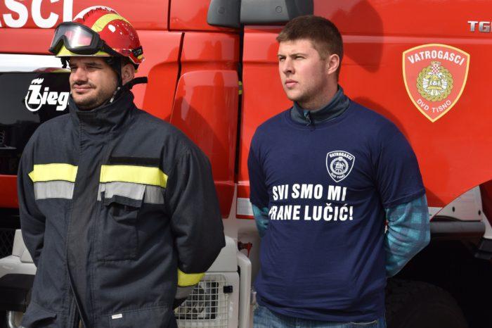 Vatrogasci sirenama i postrojavanjem pružaju potporu kolegi Frani Lučiću