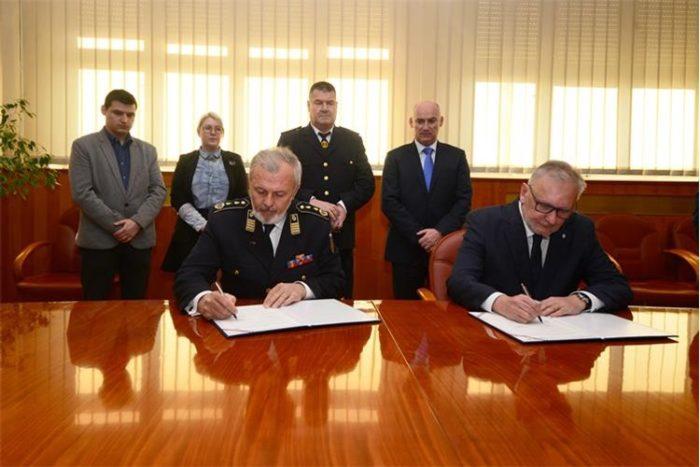 Božinović i Sanader potpisali sporazum kojim struka preuzima vatrogastvo