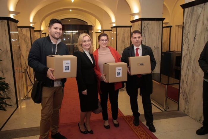 """""""MILJENICA HRVATSKOG NARODA"""" Marijana Petir predala DIP-u kandidaturu i gotovo 11 i pol tisuća potpisa"""