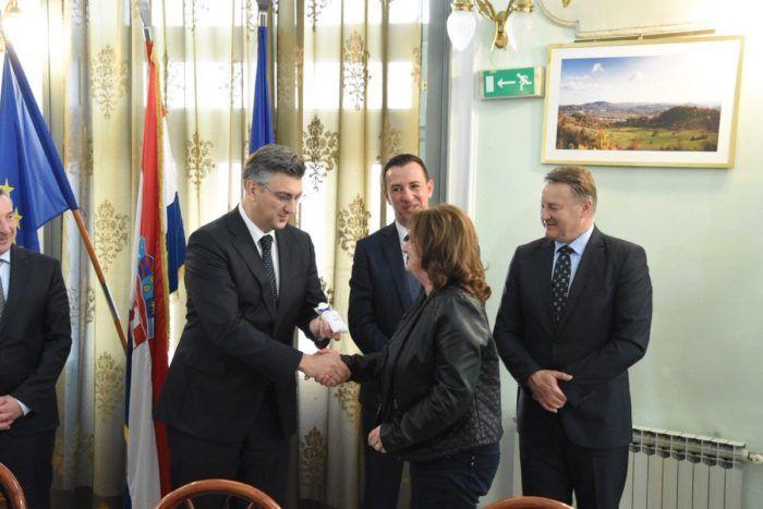 Plenković uručio ključeve kuća obiteljima kojima su domovi uništeni u klizištu