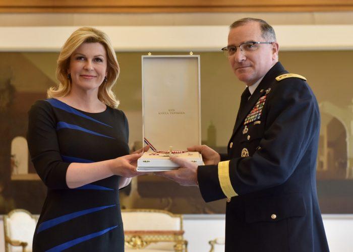 Grabar-Kitarović odlikovala glavnog američkog generala u Europi Curtisa M. Scaparrottija, zapovjednika NATO-vog Savezničkog zapovjedništva za operacije