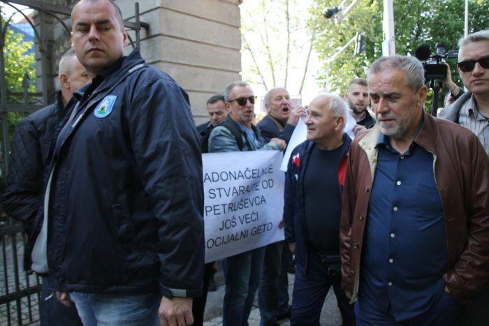 Bandić u parku Maksimiru građanima dijelio grah, dočekali ga i prosvjednici