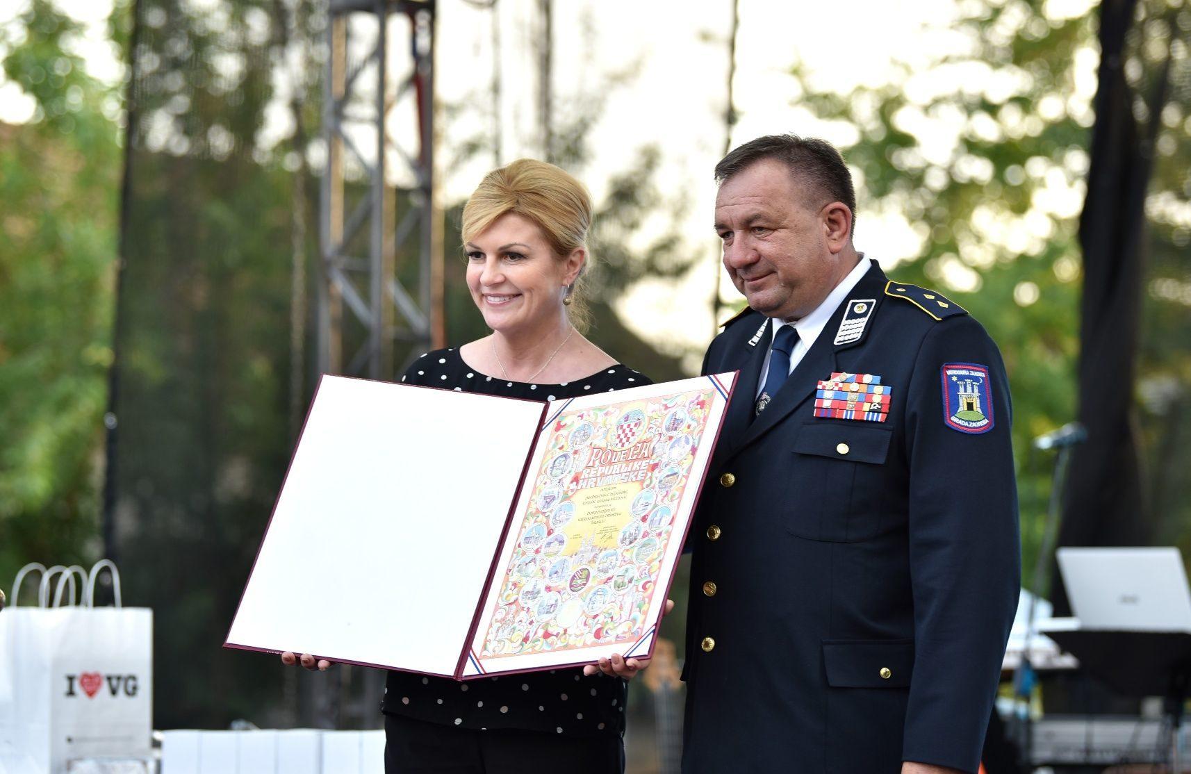 Predsjednica Grabar-Kitarović uručila Povelju Republike Hrvatske DVD-u Hrašće