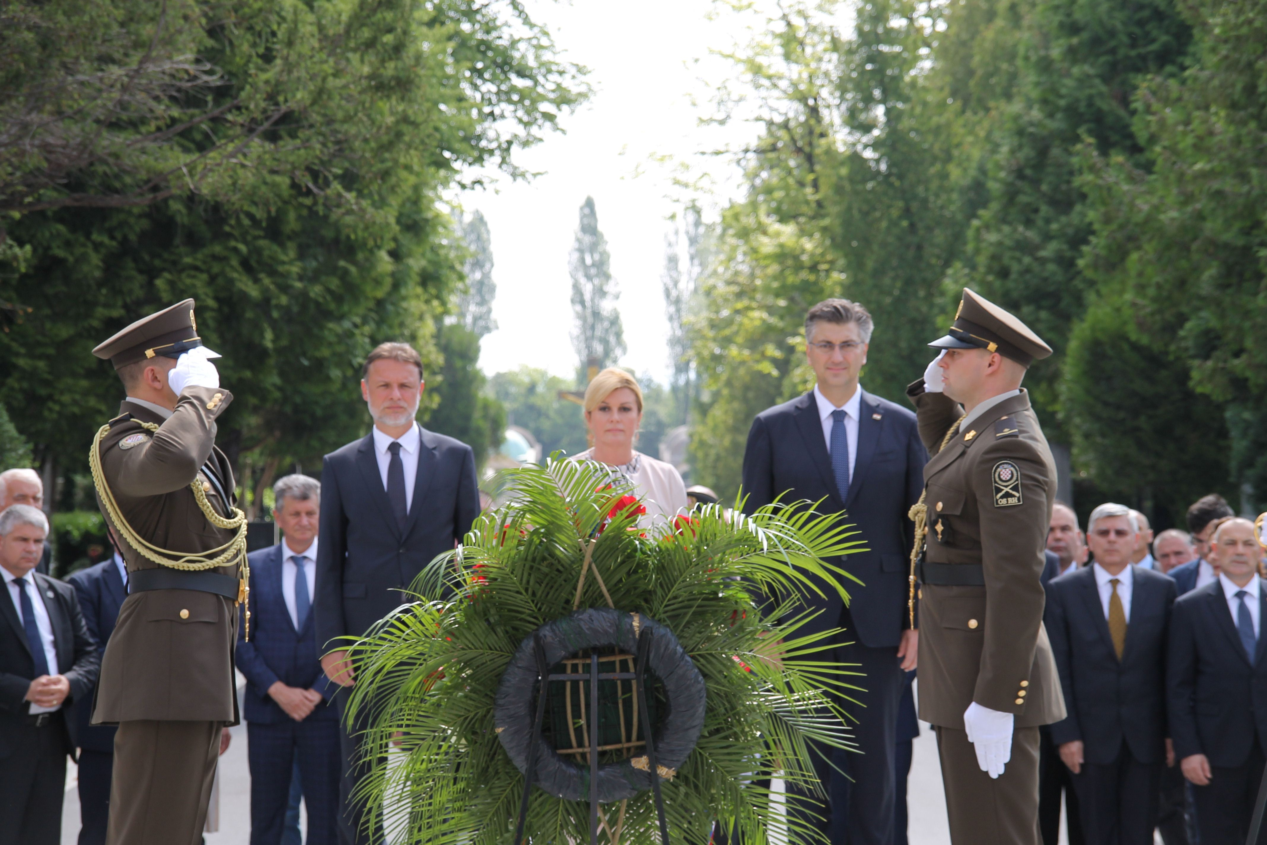 Državni vrh položio vijence na Mirogoju i građanima čestitao Dan državnosti