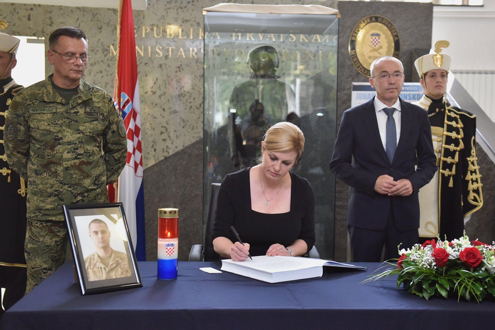 """Predsjednica Grabar-Kitarović upisala se u knjigu žalosti za vojnika Josipa Briškog: """"tvoja tragična smrt nenadoknadiv je gubitak za tvoju obitelj, našu hrvatsku vojsku i cijelu domovinu"""""""