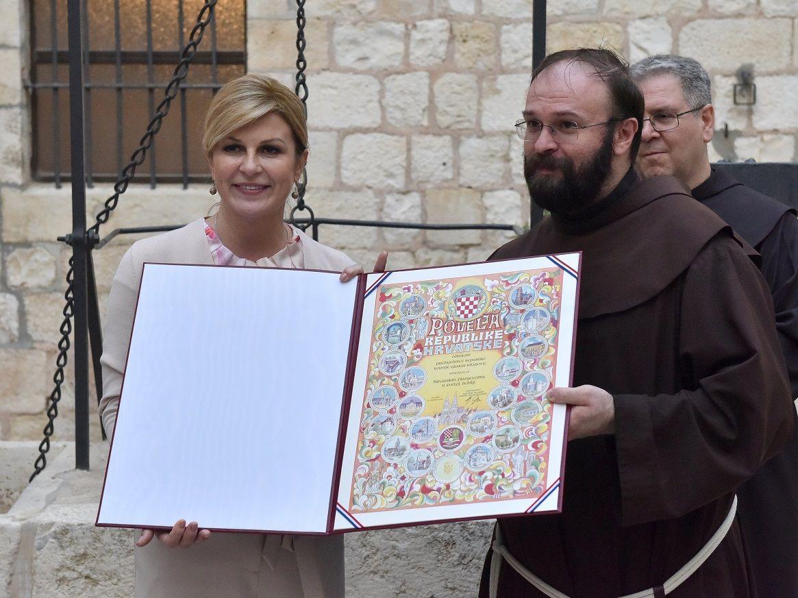 ČUVARI KRISTOVA GROBA: Predsjednica Grabar-Kitarović u Svetoj zemlji Franjevcima u Jeruzalemu uručila Povelju RH