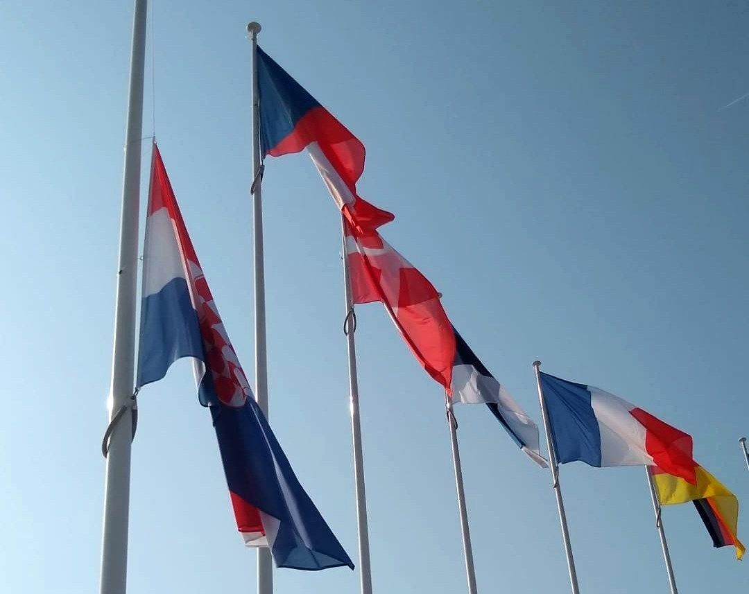 Hrvatska zastava pred sjedištem NATO-a na pola koplja zbog pogibije hrvatskog vojnika u Afganistanu