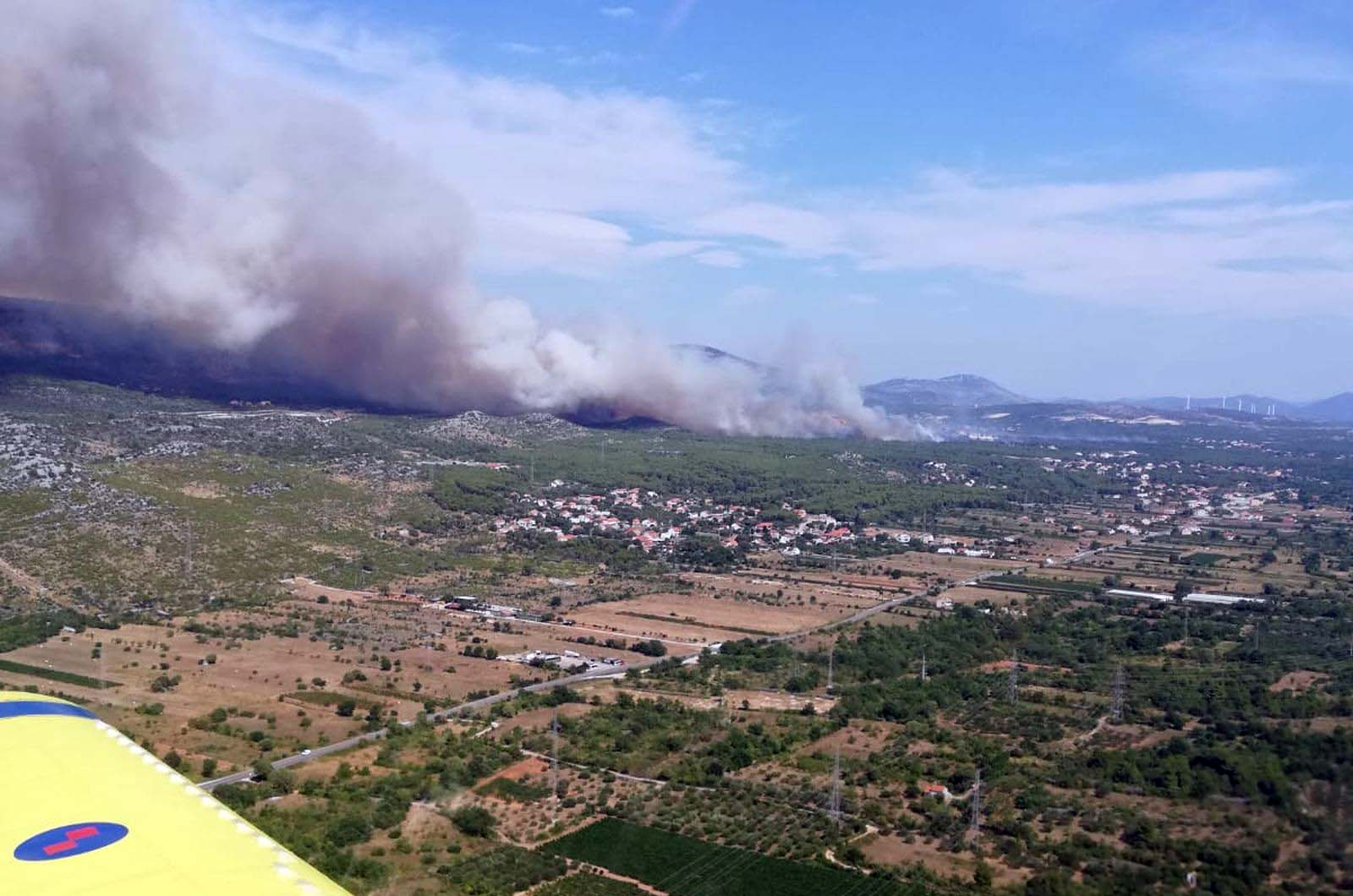 Četiri protupožarna zrakoplova gase požare kod Šibenika i Drniša