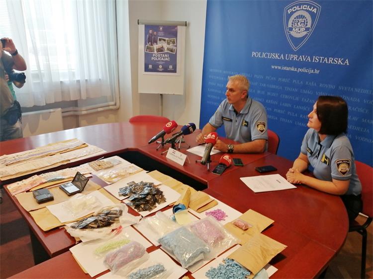 DOLIJALA BANDA U RUKE HRVATSKE POLICIJE – Pula: Privedeni britanski dileri s drogom vrijednom 1,2 milijuna kuna