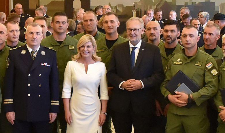 """Predsjednica Grabar-Kitarović čestitala Dan policije: """"Zahvaljujem vam na vašem humanom i plemenitom pozivu, vašoj brizi na očuvanju reda i sigurnosti svih naših građana"""""""