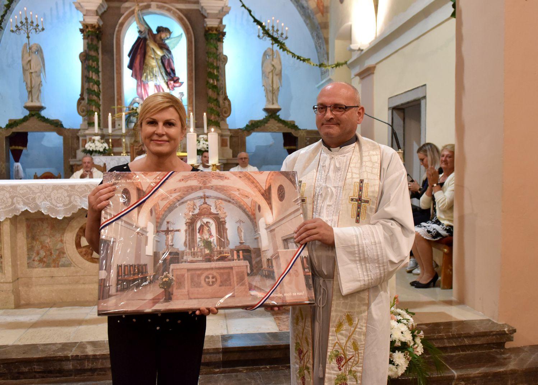 Predsjednica Grabar-Kitarović na misi povodom blagdana sv. Mihovila u Jelenju na poklon dobila uramljenu fotografiju oltara crkve sv. Mihovila