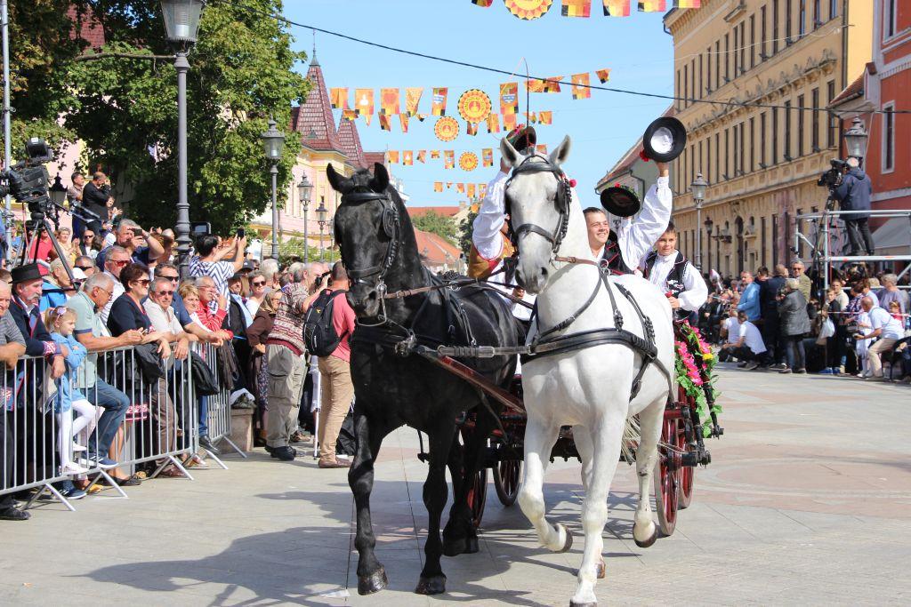 U svečanom mimohodu Vinkovačkih jeseni više od 4500 čuvara narodne tradicije i baštine