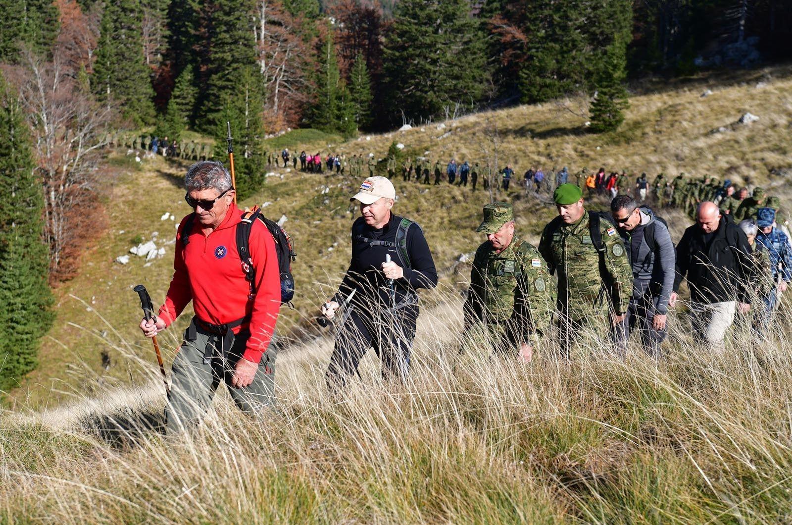 Čelnici MORH-a i HV-a planinarili na Velebitu kako bi ojačali timski duh