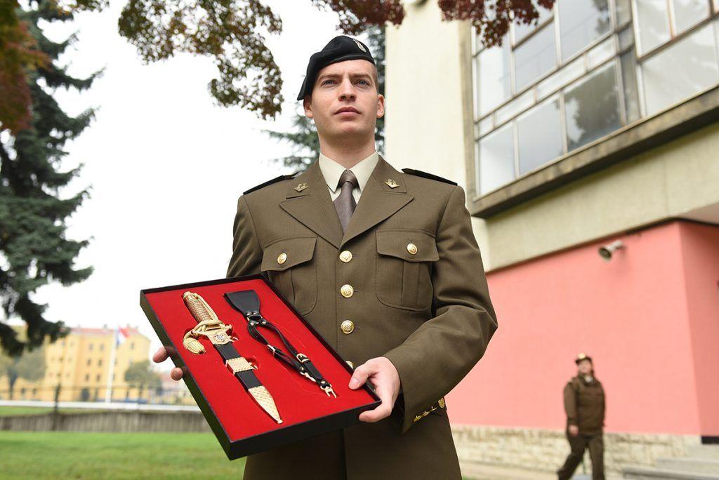 MORH: Kadetima Hrvatskog vojnog učilišta dodijeljeni prvi časnički činovi i bodeži