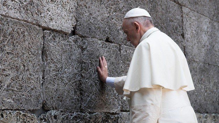 """Papa: """"Ravnodušnost je nedopustiva pred ovom enormnom tragedijom, recite holokaustu """"nikada više"""""""