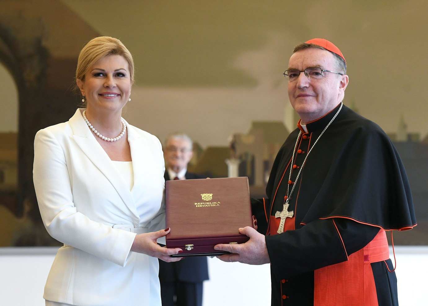Prvi nositelj Velereda predsjednika Republike Franje Tuđmana: Grabar-Kitarović uručila Bozaniću posmrtno odlikovanje za kardinala Kuharića