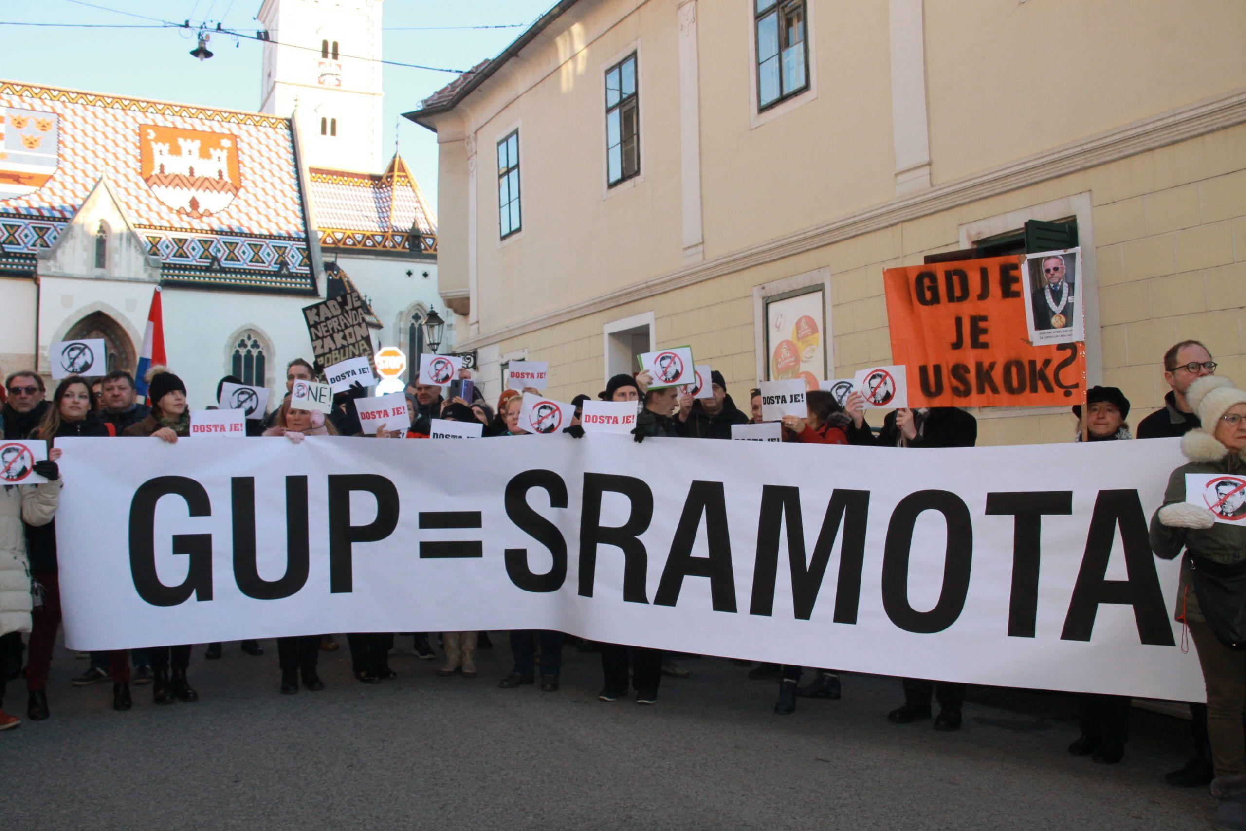 """Prosvjed protiv zagrebačkog GUP-a uoči sjednice Gradske skupštine: """"Dosta je!"""", """"GUP = sramota"""", """"I trgovina utjecajem je korupcija"""", """"Gdje je USKOK?"""""""