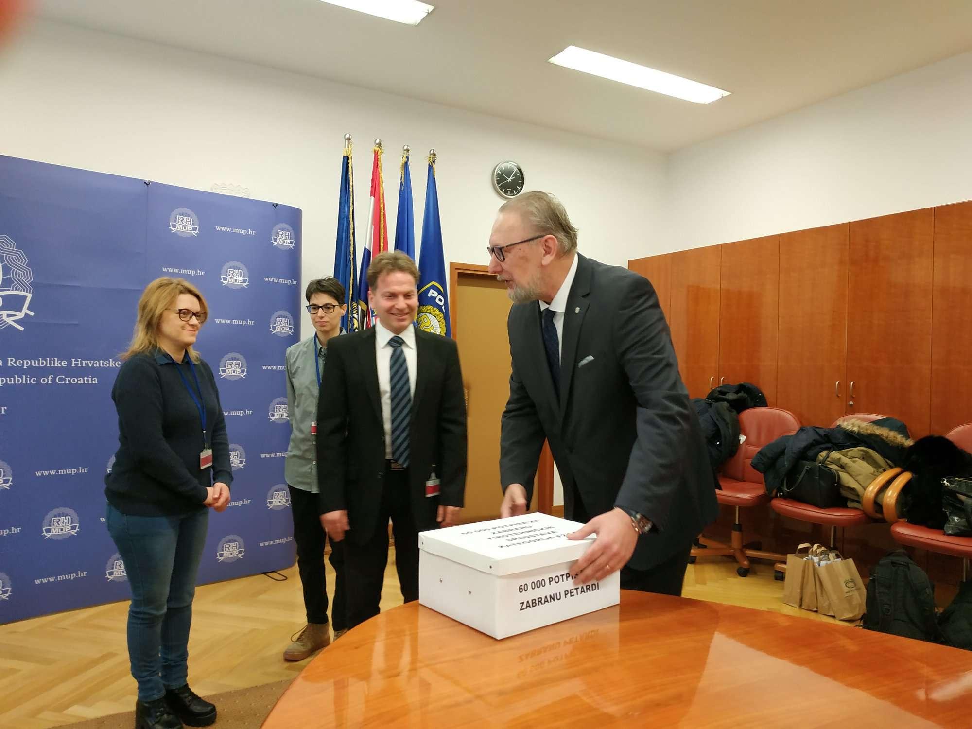(FOTO i VIDEO) Prijatelji životinja ministru policije Božinoviću predali 60 000 potpisa za zabranu petardi!