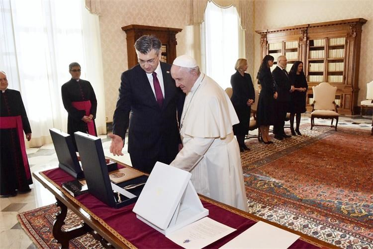 HRVATSKI PREMIJER Plenković obnovio poziv papi Franji da posjeti Hrvatsku