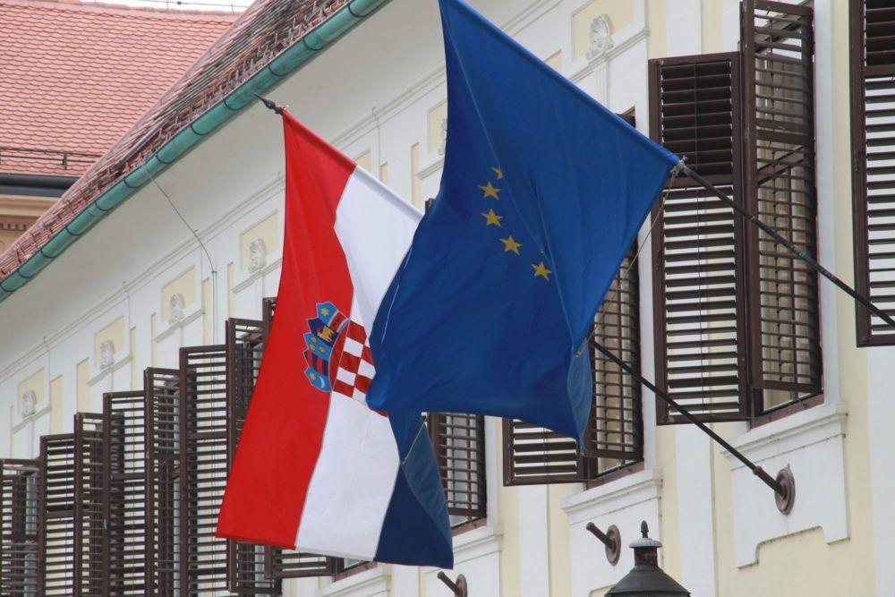 (VIDEO) Vlada pljeskom zahvalila svim zaposlenicima hrvatskih bolnica koji neumorno rade na sprječavanju širenja koronavirusa