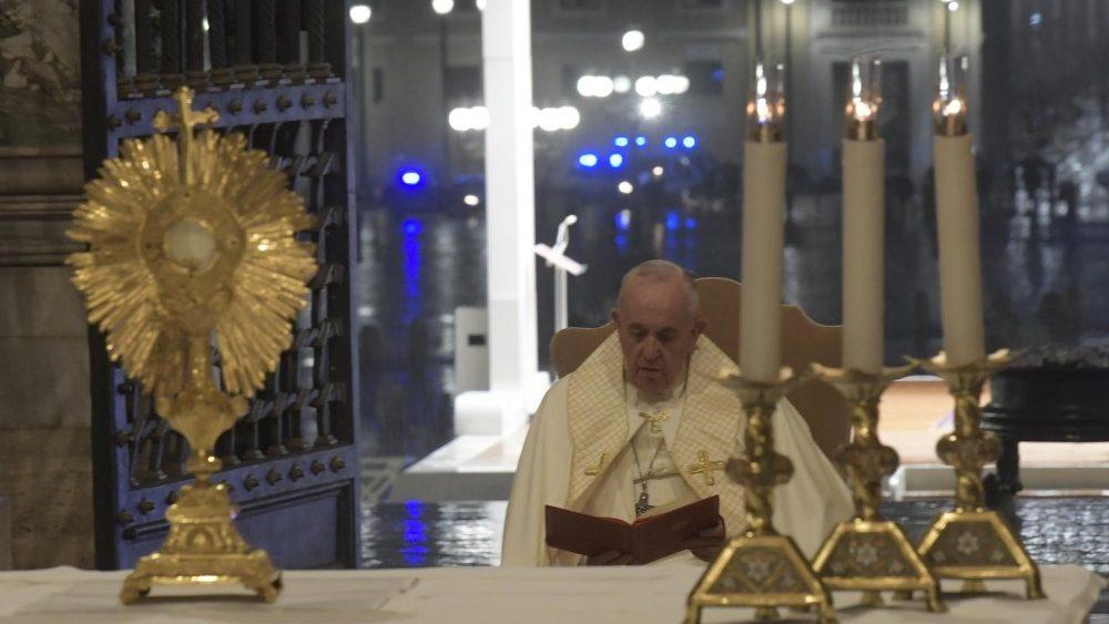 """TEST SOLIDARNOSTI Papa Franjo: zbog koronavirusa svi """"u istom čamcu, veslajmo zajedno"""""""