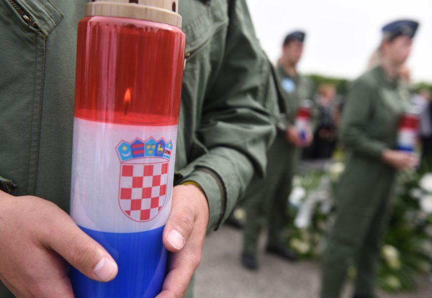 """Posljedni ispraćaj poručnika Luke Jagatića; akrobatska skupina """"Krila Oluje"""" njemu u spomen izvela je prelet zrakoplovima Pilatus HRZ-a"""