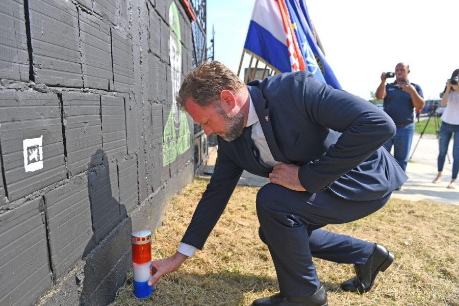 (FOTO i VIDEO) Ministar obrane Mario Banožić zapalio svijeću ispred murala Josipa Briškog u Vinkovcima