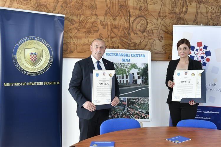 Ministar hrvatskih branitelja Tomo Medved i gradonačelnica Grada Sinja Kristina Križanac potpisali su povelju o početku izgradnje Veteranskog centra u Sinju