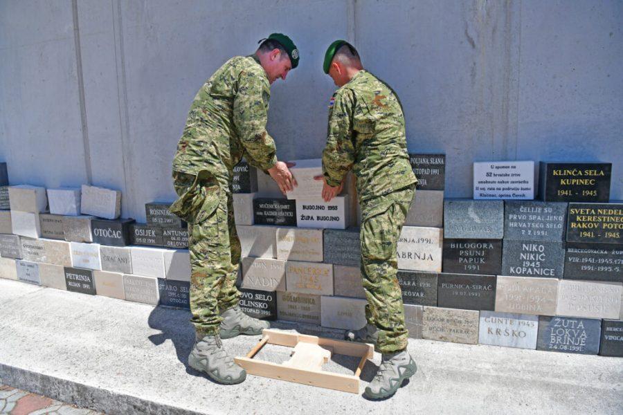 MORH: Položene dvije kamene ploče na Zid sjećanja u Udbini