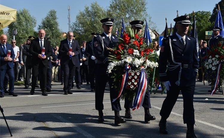 29. obljetnica tragične pogibije policajaca – Božinović: daljska tragedija još je jedan podsjetnik na ulogu hrvatske policije u počecima rata, koja je teret obrane novoosnovane države odlučno i bespogovorno preuzela na sebe