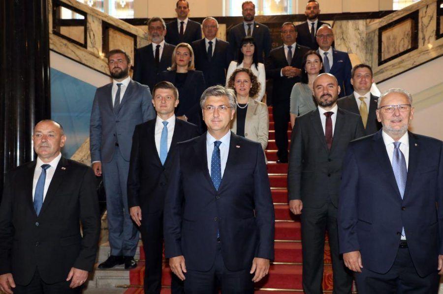 Članovi Vlade Republike Hrvatske tradicionalno pozirali za zajedničku fotografiju