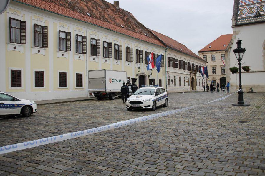 Meci probili prozore i oštetili urede Banskih dvora
