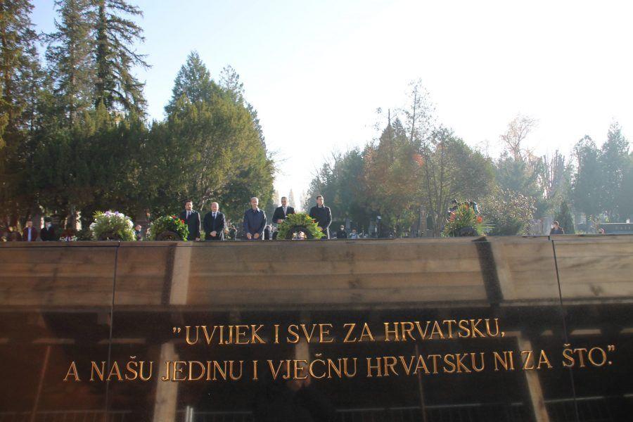 U povodu blagdana Svih svetih izaslanstvo HDZ-a položilo vijence i zapalilo svijeće na Mirogoju prisjećajući se dr. Franje Tuđmana