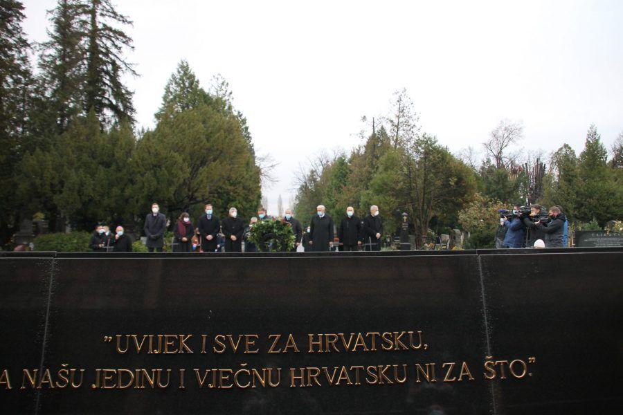 (FOTO) U povodu 21. obljetnice smrti prvog hrvatskog predsjednika dr. Franje Tuđmana izaslanstvo HDZ-a položilo je vijenac i zapalilo svijeće na njegovu grobu na Mirogoju