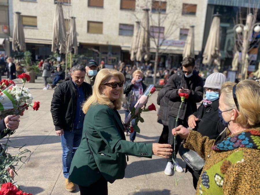Vesna Škare Ožbolt obilježila je Međunarodni dan žena podjelom karanfila na Cvjetnom trgu: Žene predvodnice u borbi protiv pandemije