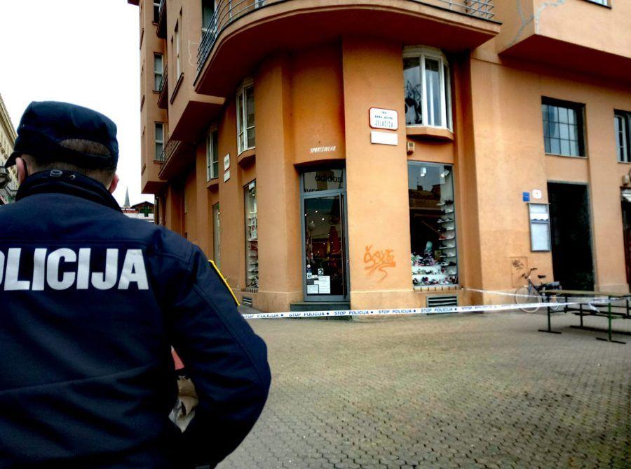 Na Trgu bana Jelačića sa zgrade pala metalna konstrukcija, prolaznik teže ozlijeđen
