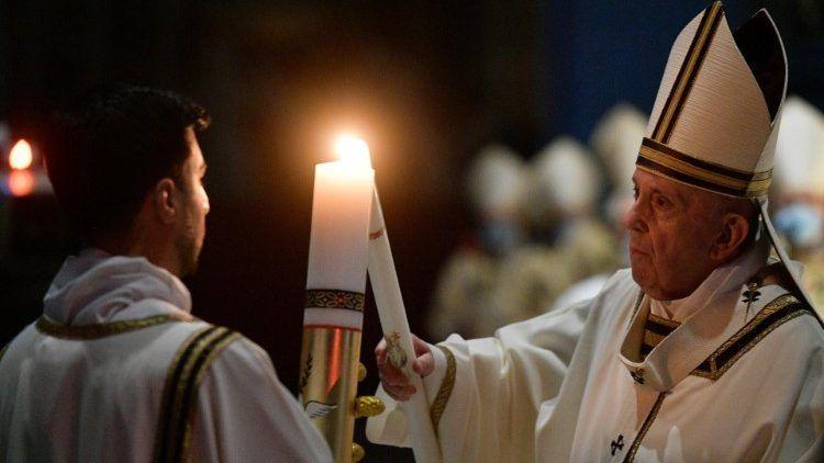 Papa na uskrsnom bdijenju pozvao vjernike da ne gube nadu u pandemiji