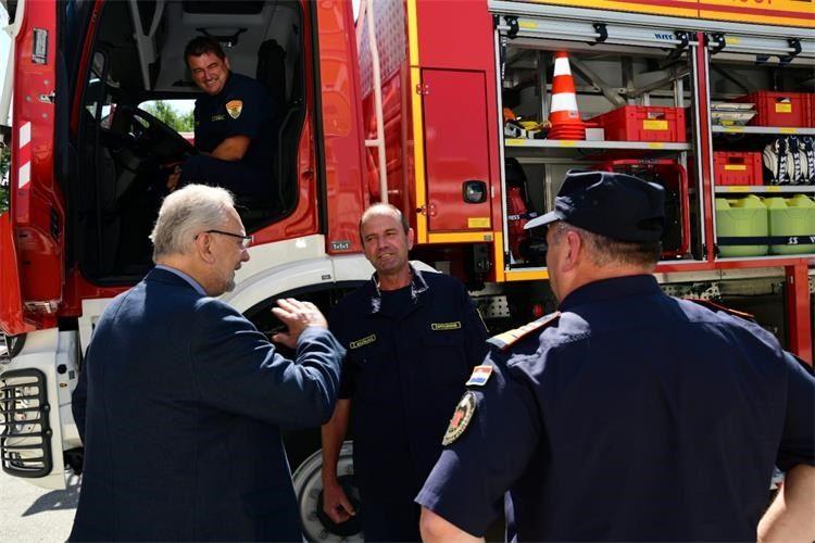 MINISTAR POLICIJE Božinović nazočio predaji novih vatrogasnih vozila vatrogascima iz 17 županija