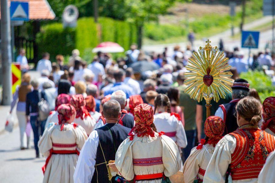 U zagrebačkom naselju Remete u župi Uznesenja Blažene Djevice Marije, tijelovskom procesijom proslavljena svetkovina Presvetog Tijela i Krvi Kristove