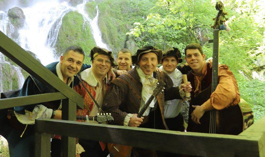 (FOTO i VIDEO) Slavonci razvalili! Genijalni Garavi imaju pjesmu koja vam ovo ljeto neće izlaziti iz ušiju