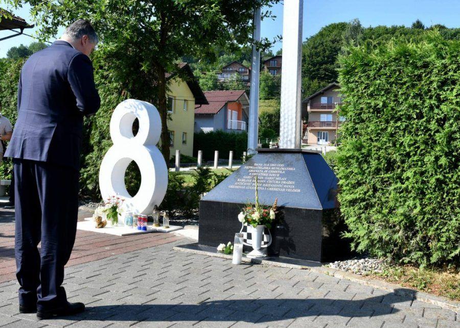"""Hrvatski predsjednik Milanović u Vitezu kod spomen obilježja """"Osmica"""" odao počast djeci ubijenoj u ratu"""